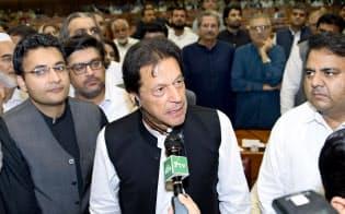 8月に就任したパキスタンのカーン首相(中央)は「一帯一路」の条件を見直す委員会を立ち上げた(パキスタン国会提供)=AP