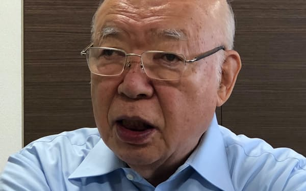 インタビューに応じる伊藤会長