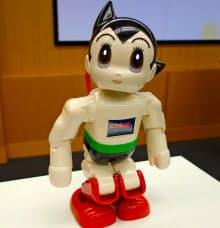 講談社やNTTドコモなどが発売する家庭用ロボット「ATOM」。身ぶり手ぶりを交えて雑談に答えてくれる