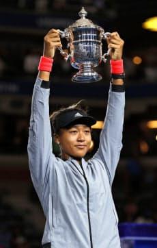 全米オープンテニスの女子シングルスで初制覇を果たし、トロフィーを掲げる大坂なおみ(8日、ニューヨーク)=共同