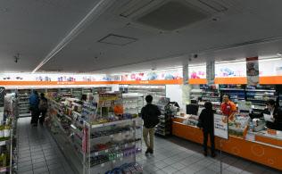 照明を半分消すなどの節電対策を始めたセイコーマートの店舗(10日午後、札幌市中央区)