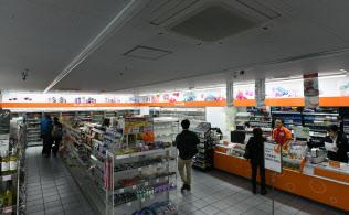 照明を間引くなどの節電対策を始めたセイコーマートの店舗(10日午後、札幌市中央区)