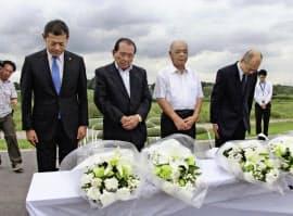 関東・東北豪雨から3年となり、犠牲者を悼み黙とうする茨城県常総市の神達岳志市長(左端)ら(10日午後、常総市)=共同