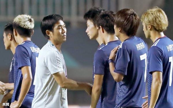 韓国に敗れた選手たちをねぎらう森保監督(左)=ボゴール(共同)