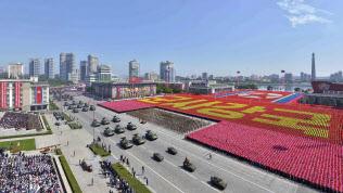 9日、北朝鮮の建国70年の記念日に平壌の金日成広場で行われた軍事パレード=共同