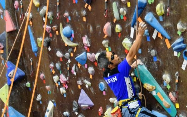 視覚障害のカテゴリーで世界選手権3連覇を目指す小林(右)はパートナーの助言を聞きながら壁を登る