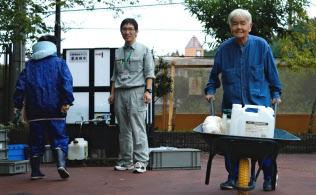 断水が続く中、市が設置した給水タンクから水をくんで運ぶ住民(大阪府高槻市、8日)