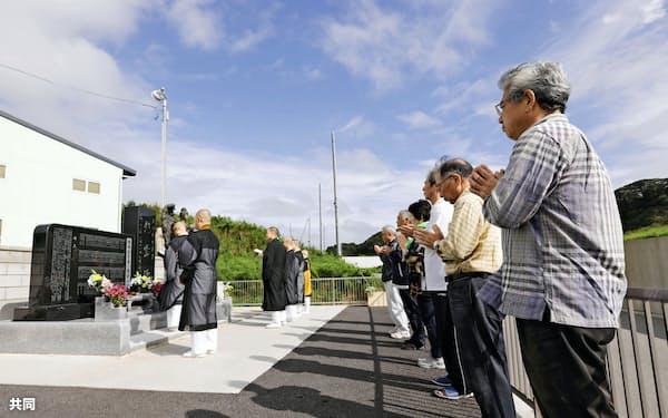 東日本大震災から7年半を迎え、福島県いわき市平薄磯地区の慰霊碑前で開かれた法要(11日午前)=共同