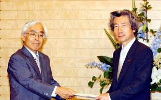 小泉首相に中期答申を手渡す石弘光政府税調会長(2003年6月)