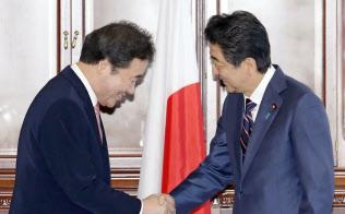 韓国の李洛淵首相(左)と握手する安倍首相(11日、ロシア・ウラジオストク)=代表撮影・共同