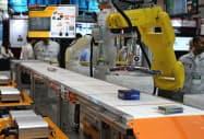 ファナック製(右端)を含め主要メーカーのロボットを制御できるようになった(11日、東京都江東区)