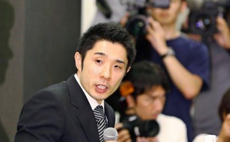 5日、宮川選手への暴力行為について記者会見する速見コーチ=共同