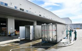 浸水した関西国際空港の貨物地区では清掃作業が続く(11日午後)