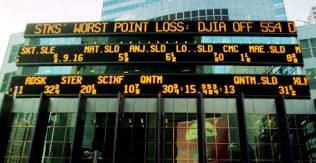 1997年当時のダウ平均では最大の下落幅(554ドル安)を知らせるニューヨークの電光掲示板=ロイター