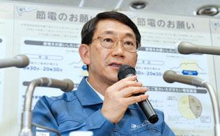 記者会見する北海道電力の阪井一郎副社長(11日、札幌市中央区)