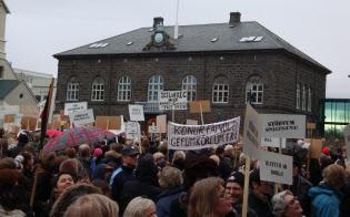 国会議事堂前の広場に集まりアイスランド政府への不満を訴える市民ら。米国発の金融危機が波及して「国家存亡の危機」にまで発展した(2008年11月8日、レイキャビクで)