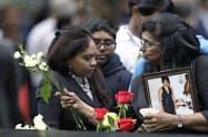 世界貿易センタービル跡地で開かれた追悼式で献花する女性(11日)=AP