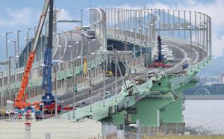 損傷した橋桁の撤去に向けた準備が進む関西空港の連絡橋(12日午前)