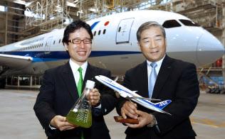 国産バイオ燃料計画の始動を発表し、記念写真に納まるユーグレナの出雲社長(左)と全日空の殿元専務取締役執行役員(1日午後、羽田空港)