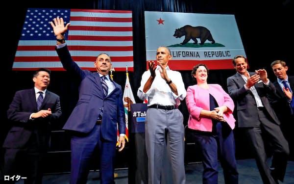 民主党候補の応援に立つオバマ氏(8日、カリフォルニア州アナハイム)=ロイター