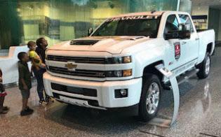 GMが発売した大型ピックアップトラックを見つめる親子(デトロイトのGM本社1階のショールーム)