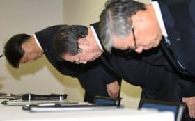 部品検査の不適切行為について謝罪するクボタの木股昌俊社長(中)(12日午後、大阪市北区)