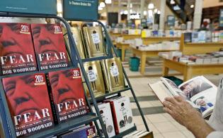 11日、ニューヨークの書店に並んだウッドワード氏の著書=ロイター