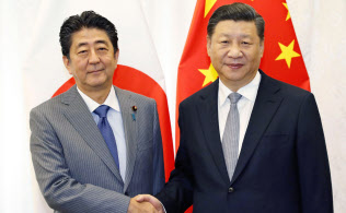 会談で握手する中国の習近平国家主席(右)と安倍首相=9月12日、ロシア・ウラジオストク(共同)