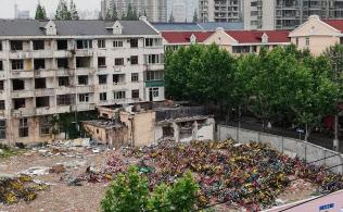 空き地には数多くの自転車が無造作に積み上げられ、さながら「自転車の墓場」になっていた