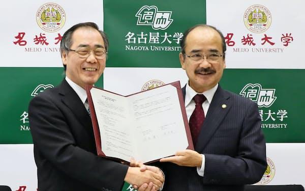 包括連携協定を結んだ名古屋大の松尾清一学長(左)と名城大の吉久光一学長(12日、名古屋市千種区)