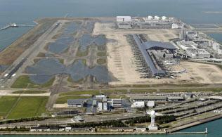 台風21号の影響による高潮で浸水し、誘導路などに水が残る関西空港(5日)=共同