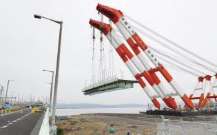 関西空港の連絡橋から撤去される損傷した橋桁(12日午後)
