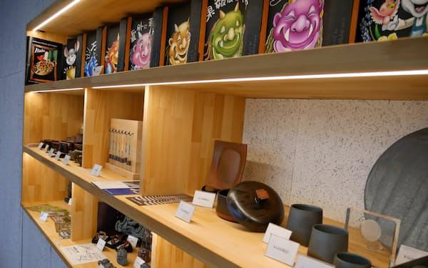 瓦テラス内のレストランでは瓦の食器のほか、阿賀野市出身の芸術家による瓦アート作品も扱う
