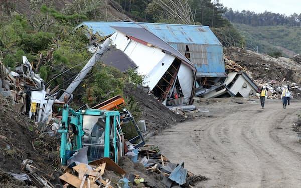 土砂崩れで倒壊した家屋が残る被災地(12日、北海道厚真町)