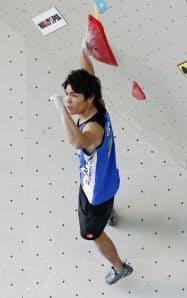 男子ボルダリング予選の楢崎智亜(12日、インスブルック)=共同
