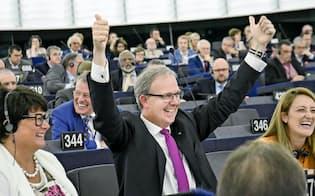 EU著作権改革案の可決を喜ぶ欧州議会の法案責任者(仏ストラスブールの欧州議会、12日)=欧州議会提供