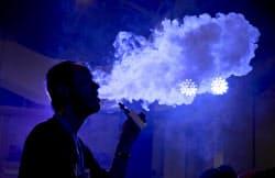 米国では10代の電子たばこ利用が社会問題となっている=ロイター