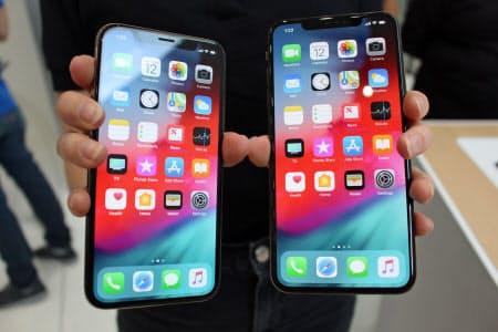 6.5インチ画面の新機種「iPhone XS Max」(右)と「XS」(12日、米カリフォルニア州クパチーノ)=共同