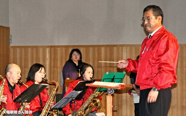 演奏会で指揮をする松下一彦さん(12年、厚真町)=矢幅敏晴さん提供