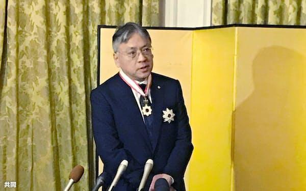 12日、ロンドンの日本大使公邸で記者会見するカズオ・イシグロさん=共同