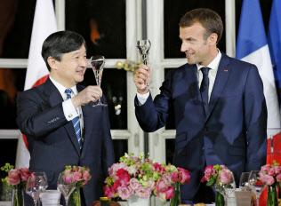 晩さん会でマクロン仏大統領(右)と乾杯する皇太子さま(12日、パリ近郊のベルサイユ宮殿)=代表撮影・共同