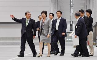 豊洲市場開場記念式典を前に視察する小池都知事(左手前から2人目)=13日午前、東京都江東区