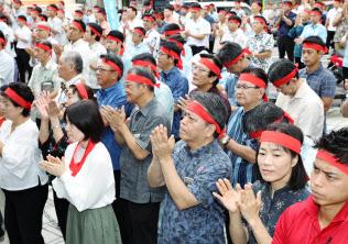 沖縄県知事選が告示され、立候補者の演説を聞く有権者(13日午前、那覇市)