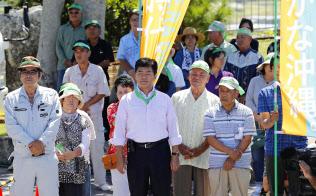 沖縄県知事選が告示され、候補者の第一声を聞く支持者ら(13日午前、沖縄県・伊江島)=共同