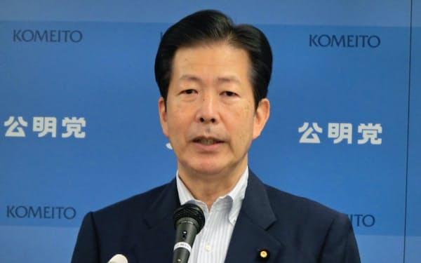 記者会見する公明党の山口代表(13日、東京・新宿)