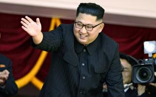 9日、平壌の金日成広場で、北朝鮮の建国70年を祝う軍事パレードを観覧し歓声にこたえる金正恩委員長=共同