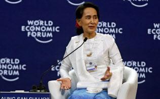 世界経済フォーラムのASEAN会議で対談セッションに臨むアウン・サン・スー・チー国家顧問(13日、ハノイ)=ロイター