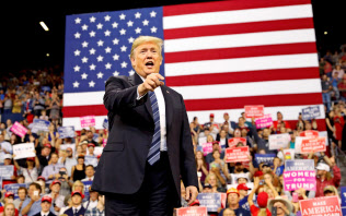 トランプ大統領は中間選挙をにらみ、支持層に実績を誇示する(6日、米モンタナ州)=ロイター