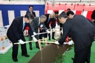 秋田版CCRC拠点整備事業でくわ入れをする関係者(13日、秋田市)