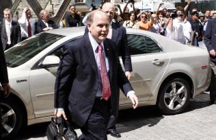 2009年6月1日、ニューヨークの米連邦破産裁判所に入るヘンダーソンCEO=ロイター
